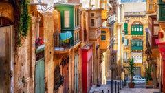 Smala, färgrika gator i Valletta, Malta.