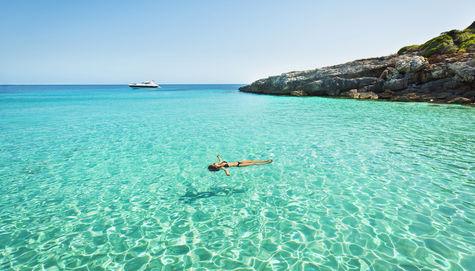 Flyt runt på kristallklart vatten på Menorca, Spania