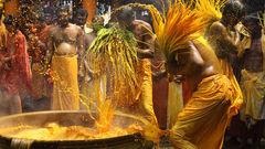 Unika ritualer: ett kokande varmt vattenbad med gurkmeja i ett tempel i Kerala.