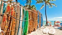 Välj en bräda och kasta dig ut i Waikikis turkosa vågor.