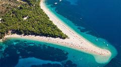 Den ikoniska stranden Zlatni Rat på ön Brac, Kroatien.