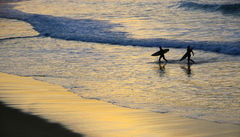 De ivrigaste surfarna är ute i vattnet redan innan soluppgång.
