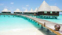 Välj mellan bungalow på pålar i vattnet eller vid strandkanten på Maldiverna.