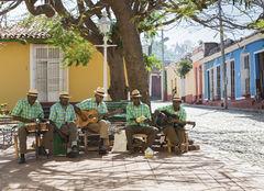 Traditionella musikanter spelar på gatan i Trinidad.