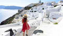 Vandra mellan Fira och Oia och få en spektakulär utsikt hela vägen.