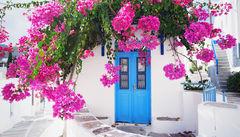 Ta hansen att ö-hoppa mellan öarna i närheten av Santorini. Här ser du ett traditionellt grekiskt hus på ön Paros.
